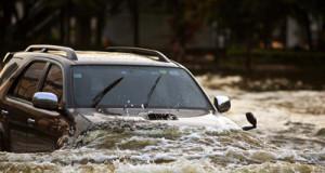 Mobil-Terjang-Banjir